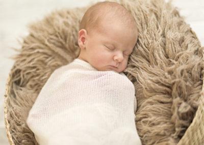 Neugeborene im Korb