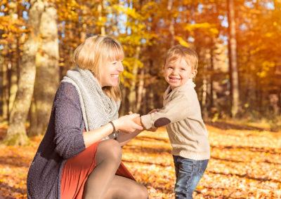 Mutter und Sohn im Herbst