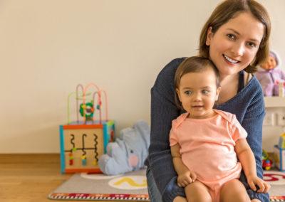 Baby Maedchen mit ihrer Mutter