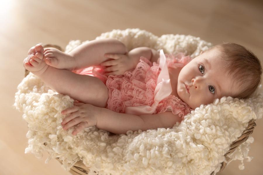 3 monate alt baby im Korb-